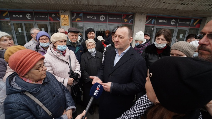 Разгневанные пермяки собрались у дворца спорта «Молот», надеясь встретиться с мэром. Видео