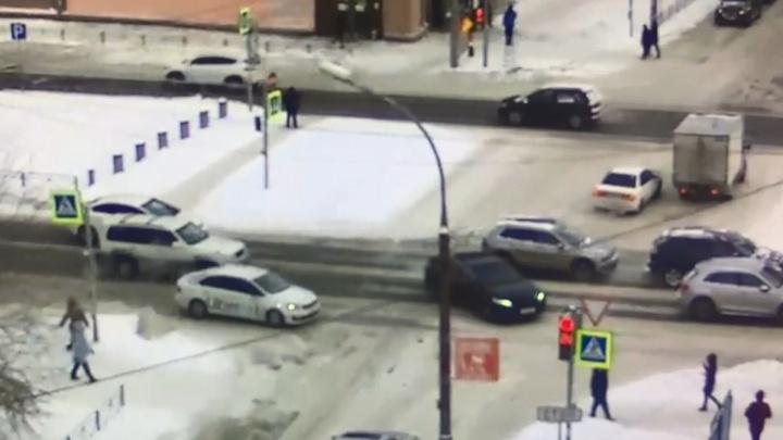 Чёртова выделенка. На Красном проспекте таксист увернулся от внезапной машины и врезался в столб