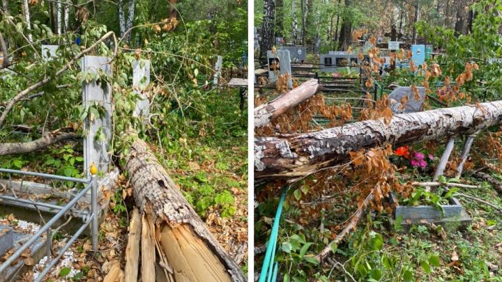Ураган в Екатеринбурге разрушил десятки памятников на могилах