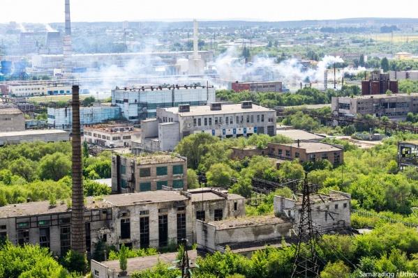 Из-за постоянных пожаров и опасного мусора бывший завод часто называют маленьким Чернобылем