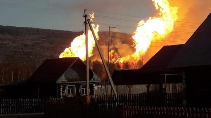 В селе в Башкирии горит газопровод