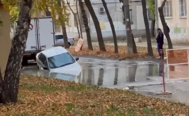 «Жиденькие дороги»: в Самаре у дворца спорта утонул автомобиль