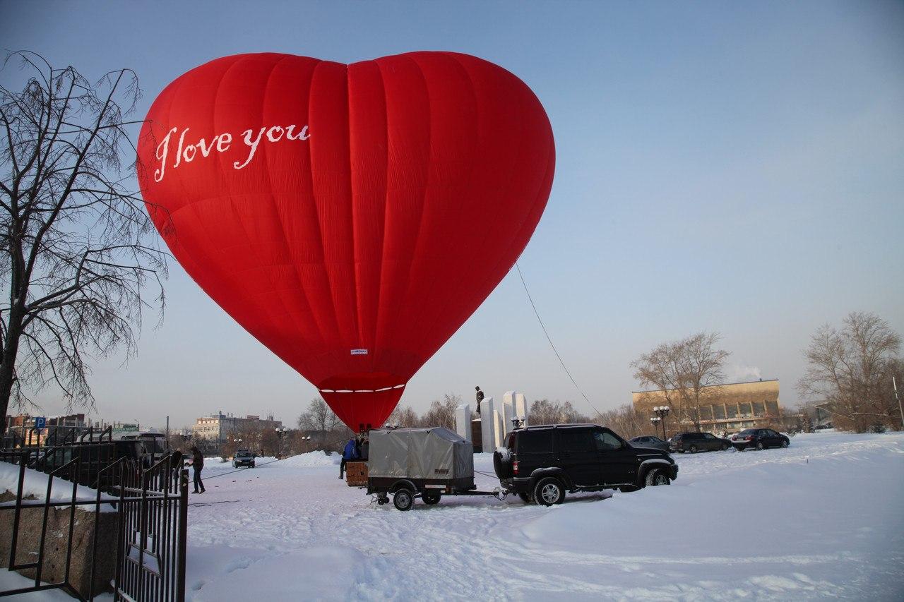 Трудно не заметить, что в этом шаре летят влюбленные