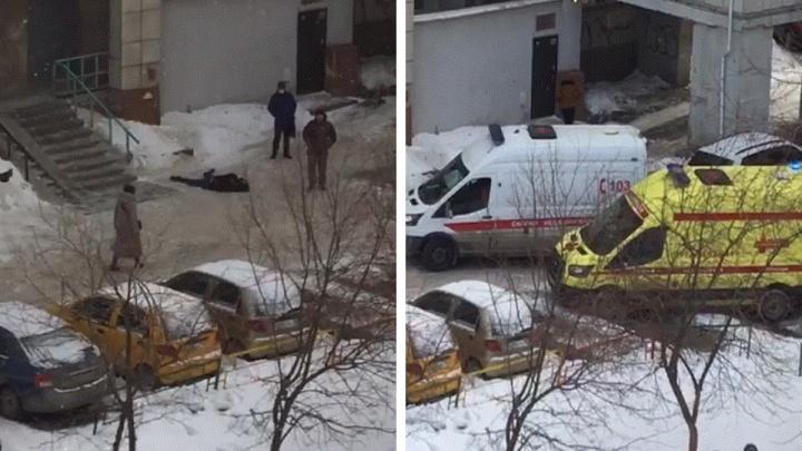 На Эльмаше мужчина сорвался с крыши дома и погиб