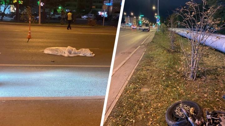 В Тюмени мотоциклист на Honda насмерть сбил женщину — она перебегала дорогу на красный