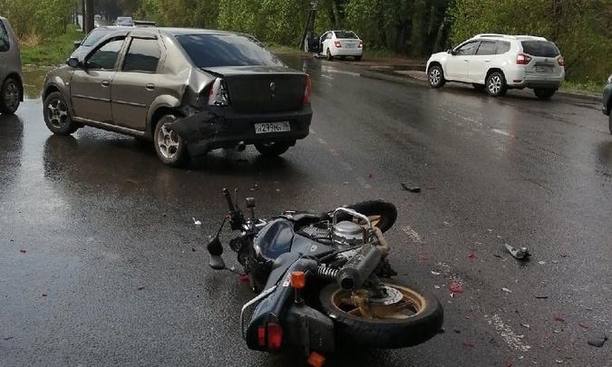 Его скрутили таксисты: в Ярославле мотоциклист влетел в легковушку