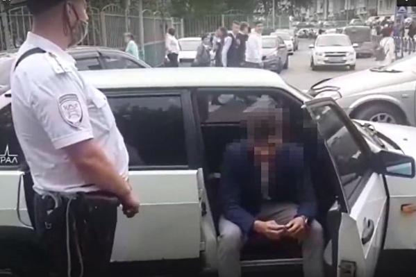 Парня поймали у ворот школы и машину забрали на спецстоянку