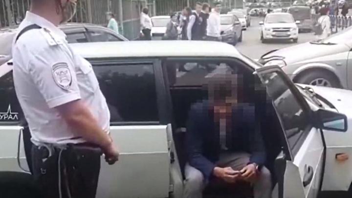 Девятиклассник приехал на тонированном ВАЗе в школу на 1 Сентября и попался инспекторам на парковке