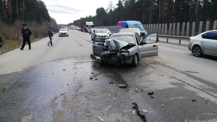 Под Екатеринбургом столкнулись трактор и легковушка. Есть пострадавшие
