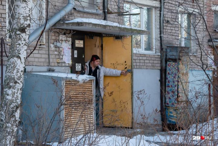 Одна из претензий жильцов — постоянный шум из-за хлопания дверью, ведущей на кухню «Блин Хауса»