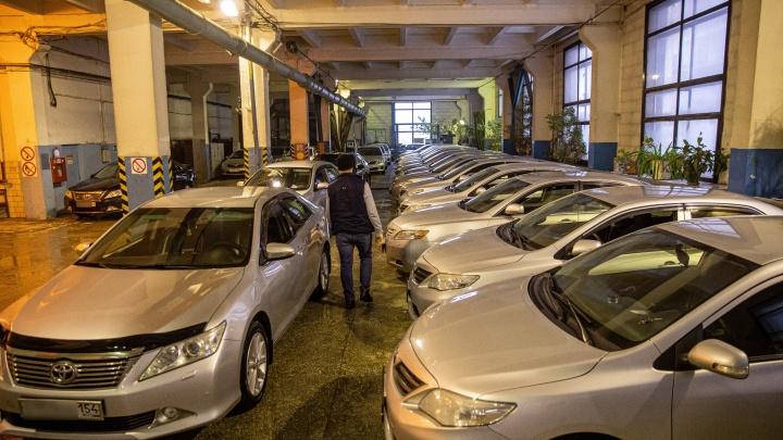 На каких служебных машинах ездят чиновники и как выбирают водителей— фоторепортаж из гаража мэрии Новосибирска