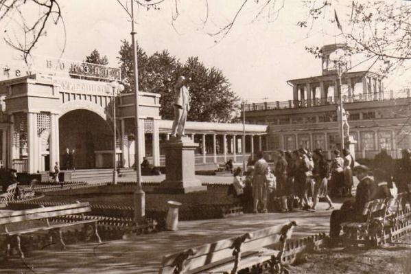"""В 60-е годы <nobr class=""""_"""">XX века</nobr> вокзал называли не только речным, но и водным. А пассажиров встречали монументальные фигуры вождей советского народа"""
