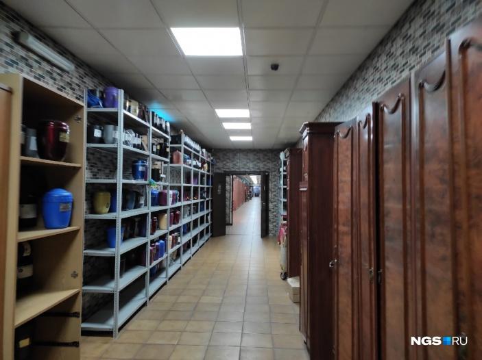 В коридоре крематория по желанию родственников могут храниться урны. Зимой обычно все стеллажи заполнены