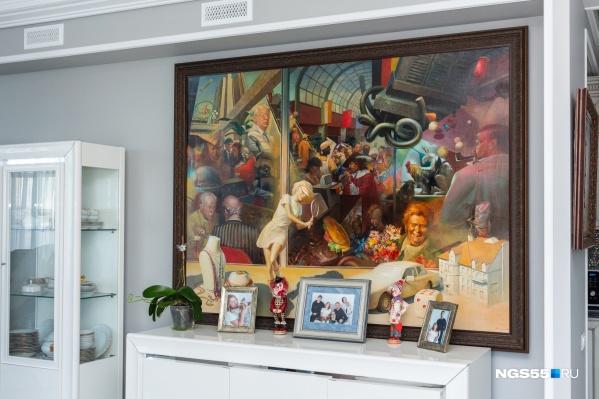 Стены квартиры украшены как небольшими картинами, так и более масштабными работами художника