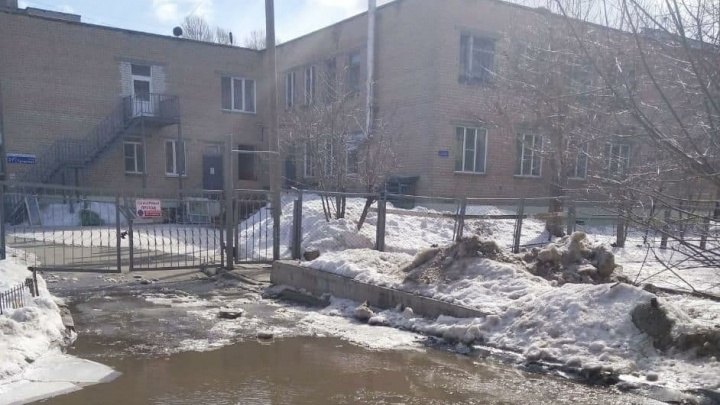 В Челябинске рабочих вывели на войну с лужами. Давайте поможем им координатами самых затопленных мест