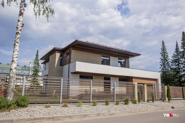Нетипичный для ярославского частного сектора дом в стиле хай-тек