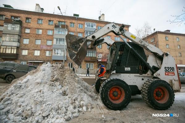 Наиболее часто заказывают небольшой погрузчик в паре с грузовой машиной для вывоза снежных масс