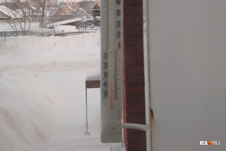 """А вот на Широкой Речке в 09:40 утра было чуть теплее, чем в Кольцово. Всего <nobr class=""""_"""">-33 °C</nobr>"""