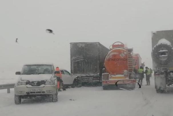 Три аварии с семью автомобилями заблокировали Глубокий обход
