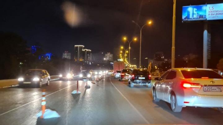 Пробки на мосту даже ночью: нечетную сторону улицы Бебеля перекрыли