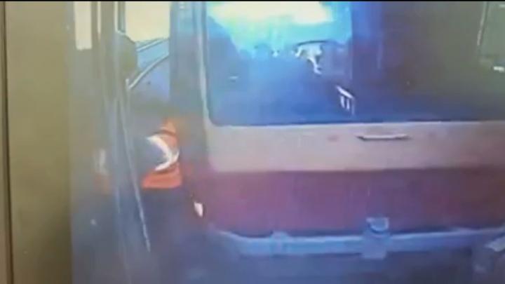 Авария на ВИЗе, где кондуктора сбил трамвайный вагон, попала на камеры: жуткое видео