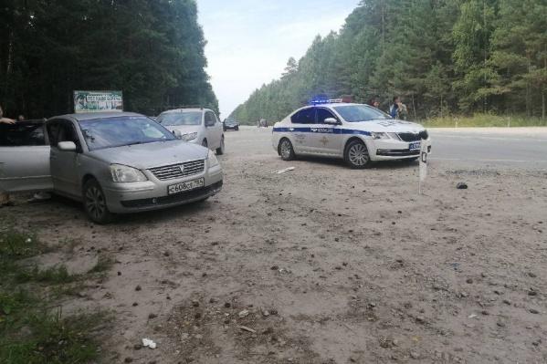 Машина вылетела на обочину, где столкнулась еще с двумя автомобилями