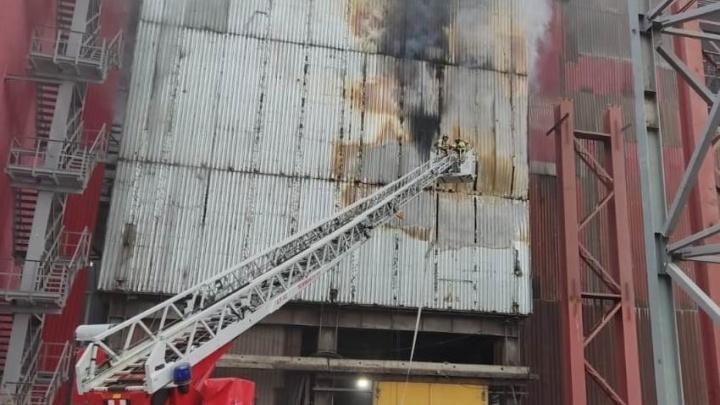 На ММК произошел пожар. Тушить огонь пришлось с помощью высотной техники