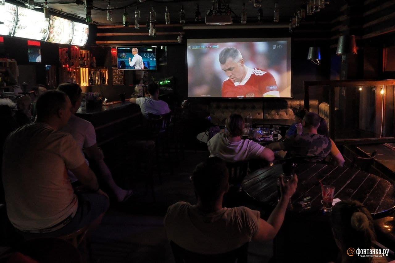 Футбола нет, но есть стриптиз и коктейли. Как Рубинштейна и Думская встретили провал российского футбола