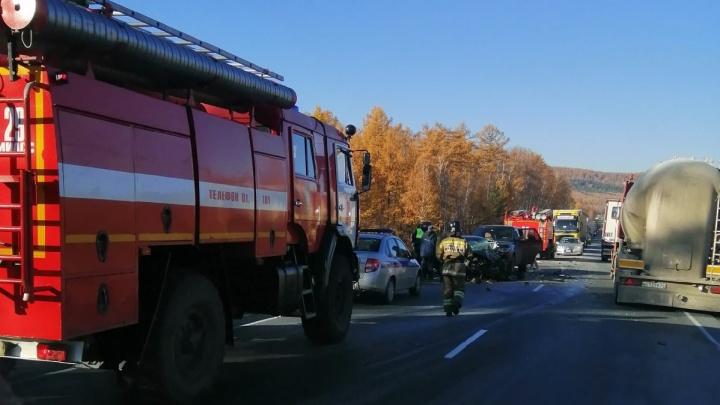 В тройном ДТП с перевернувшейся фурой на трассе М-5 в Челябинской области ранены два человека