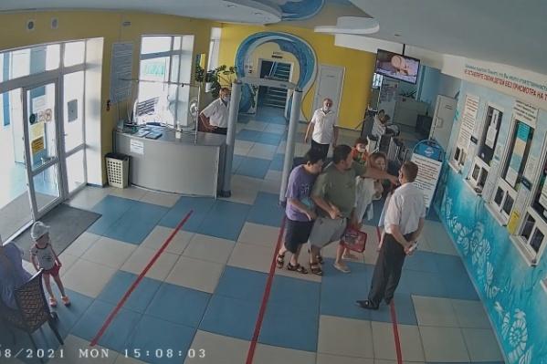 Семья из Астрахани не смогла попасть в аквапарк со своим ребенком
