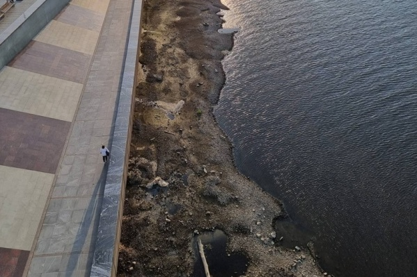 Дно реки выступило у набережной