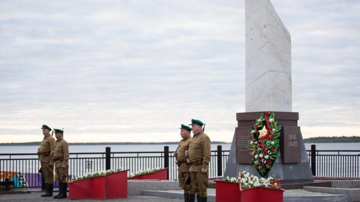 День памяти и скорби: в Сургуте в 4 утра спустили на воду венок, в Ханты-Мансийске раздают значки