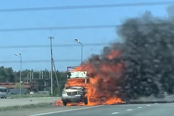 По предварительным данным, причиной пожара могла стать неисправность авто