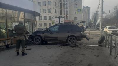 «Перебарщивал с наглостью»: что было за несколько секунд до ДТП, где BMWX5 влетел в здание на Красном проспекте