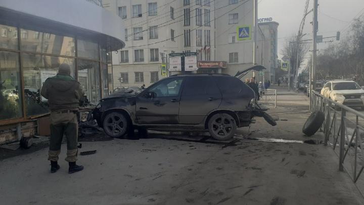 «Перебарщивал с наглостью»: что было за несколько секунд до ДТП, где BMW X5 влетел в здание на Красном проспекте