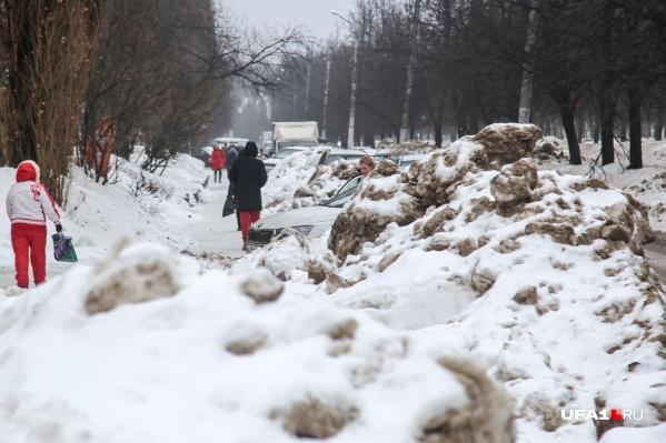 В городе частенько можно увидеть огромные кучи неубранного снега