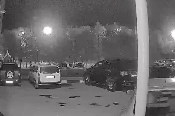 На кадрах с камер видеонаблюдения видно, как неизвестный подошел к автомобилю до поджога