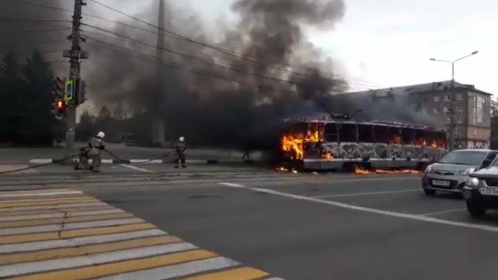 В Нижнем Тагиле вспыхнул трамвай. Его тушили пенной атакой