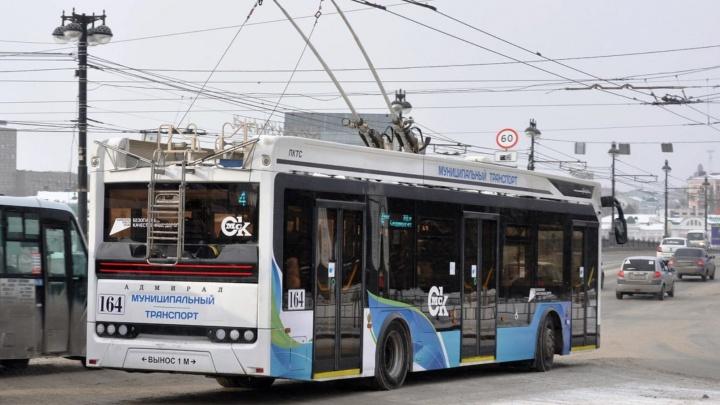 В Омск привезли четыре новых троллейбуса