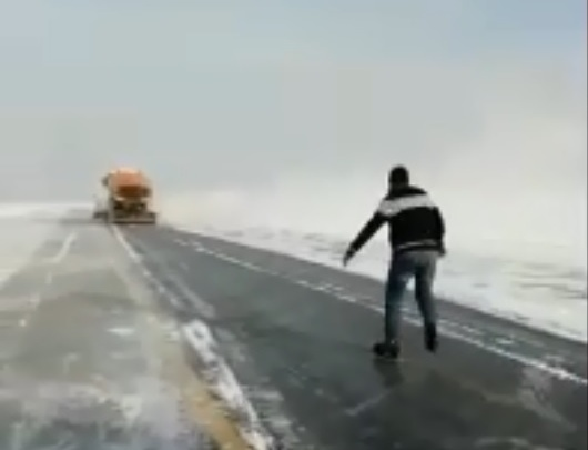 «Нет сцепления»: в Волгограде сотрудники аэропорта прокатились на коньках по рулежной дорожке