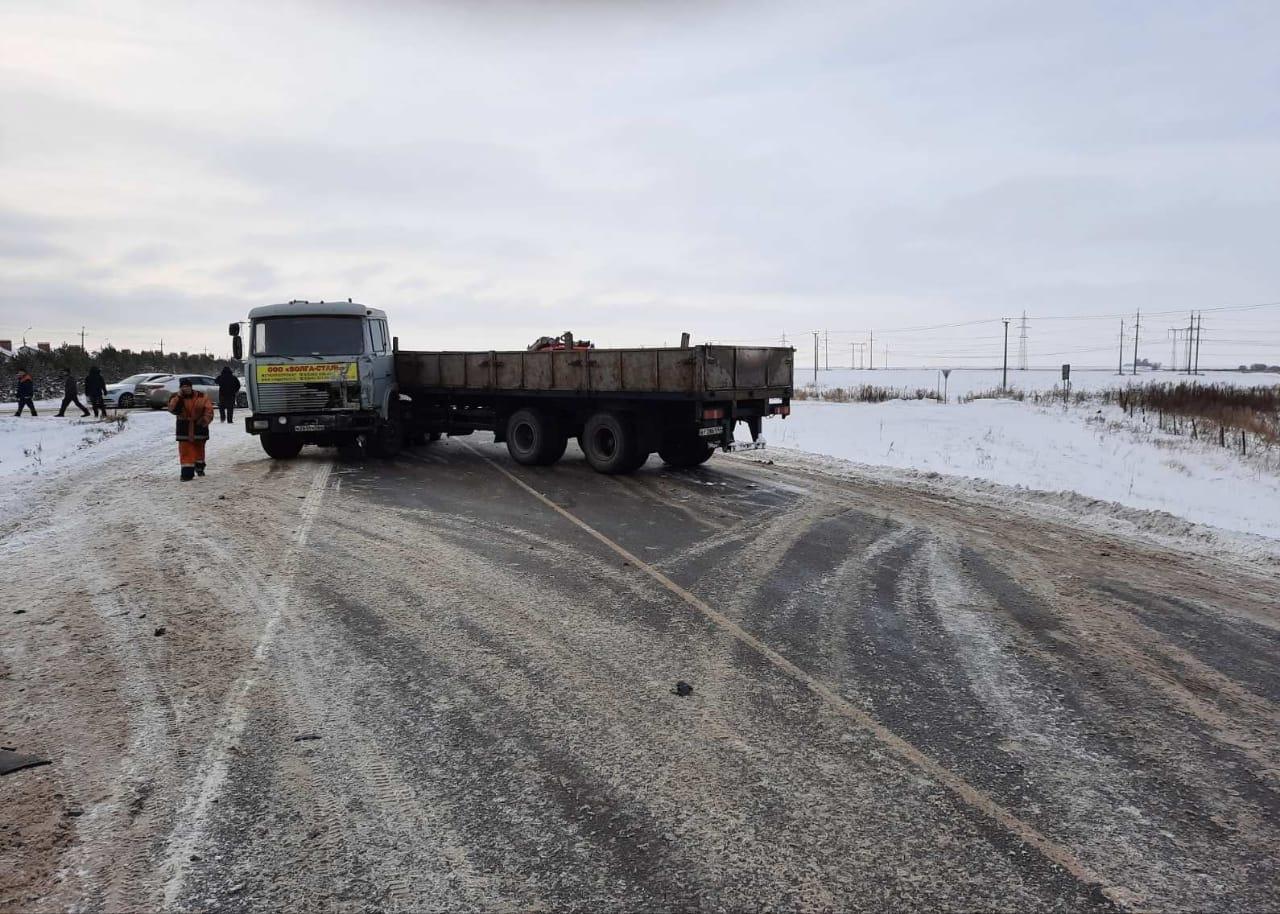 От удара грузовик развернуло