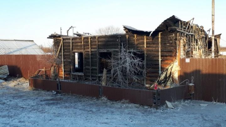 За смерть двух детей на пожаре под Ишимом владельцу дома дали условный срок