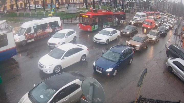 Транспорт ездит с опозданием: движение в Ярославле парализовали 10-балльные пробки. Хроника