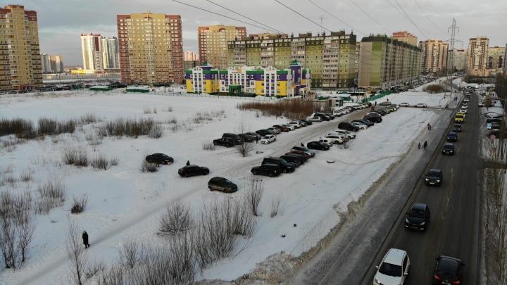 На 14 высоток — всего 148 парковочных мест. Тюменцы устроили стихийную стоянку в поле