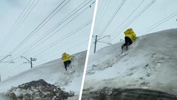 По соцсетям разлетается видео с курьером «Яндекс.Еды», штурмующим снежную гору в Новосибирске. Мы поговорили с ним