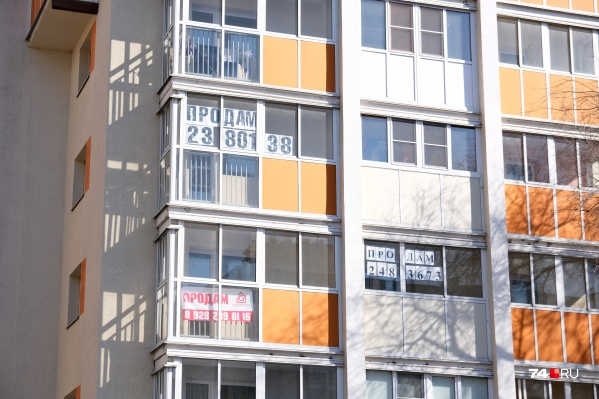 Объявлениями о продаже квартир увешаны многие дома в Челябинске
