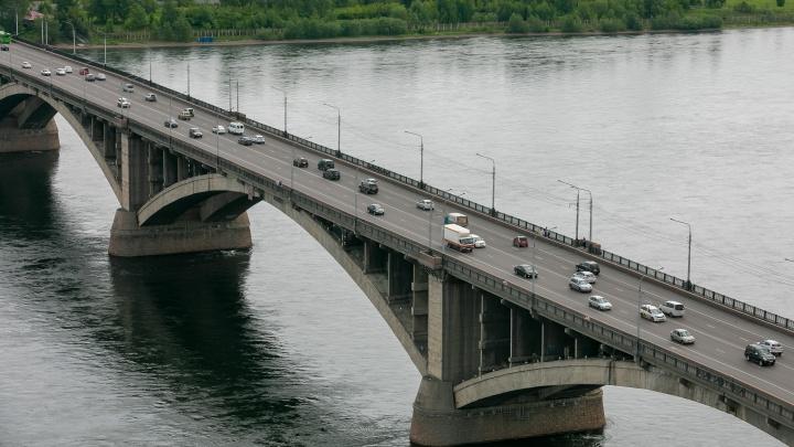 Пожилой мужчина упал в Енисей с перил Коммунального моста