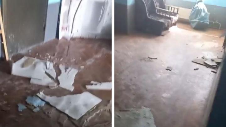 Обвалилась отделка, с потолка капает: в Екатеринбурге затопило отделение почты. Видео