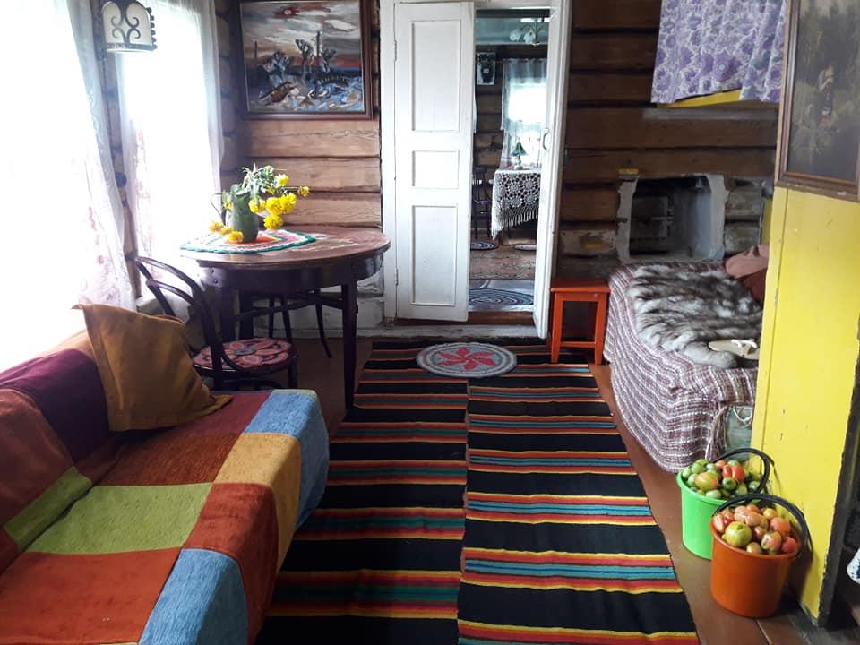 Деревенские жители, глядя на старания Светланы, тоже стали помогать ей обустраивать дом. Дарили самодельные накидки на мебель, тканевые салфетки. Разношерстные предметы интерьера выглядят вместе вполне органично