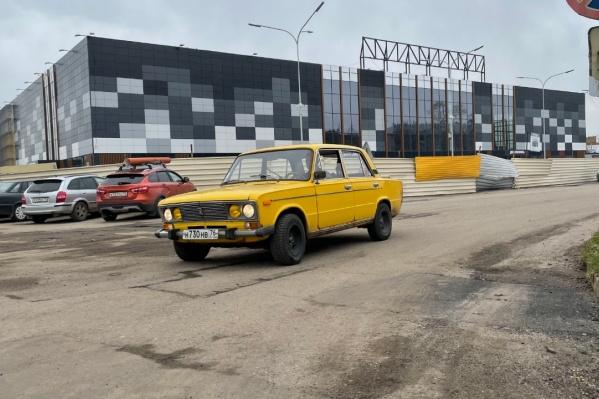 Участок дороги вдоль улицы Малая Пролетарская испытывает постоянную нагрузку из-за близости к АЗК